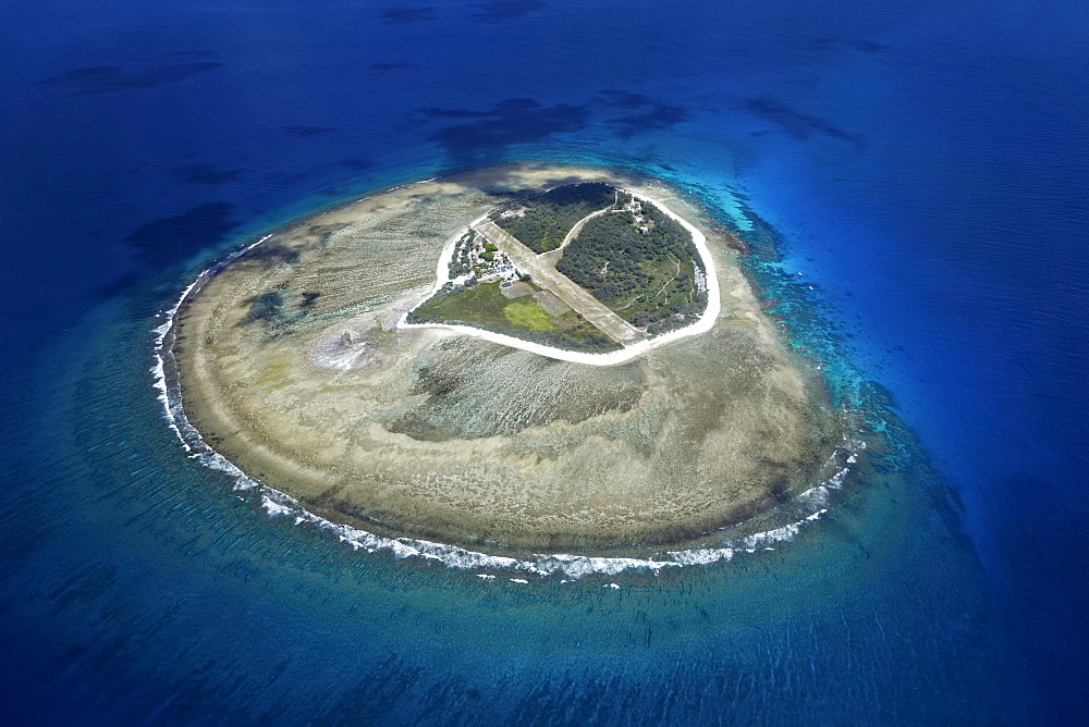 Fringing reef around small island with runway, Lady Elliot Island, Queensland, Pacific, Australia, Oceania