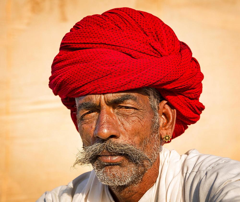Rajasthani man with an red turban, Pushkar, Rajasthan, India, Asia