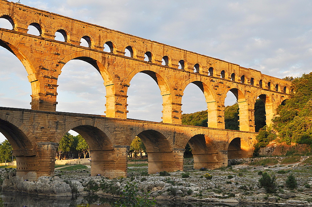Roman aqueduct Pont du Gard over the Gardon in the evening, Remoulins, Provence, Southern France, France, Europe
