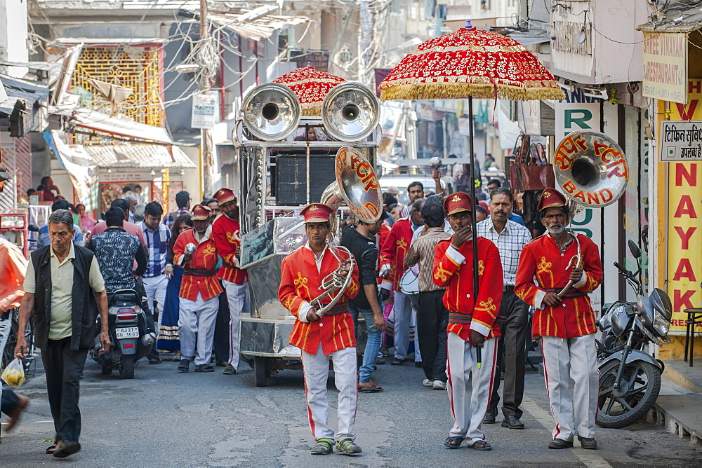 Musicians in a street parade, Udaipur, Rajasthan, India, Asia