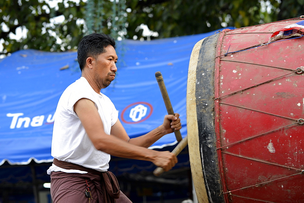 Man drumming outside the Wat Phra Si Rattana Mahathat Temple, Phitsanulok, Northern Thailand, Thailand, Asia