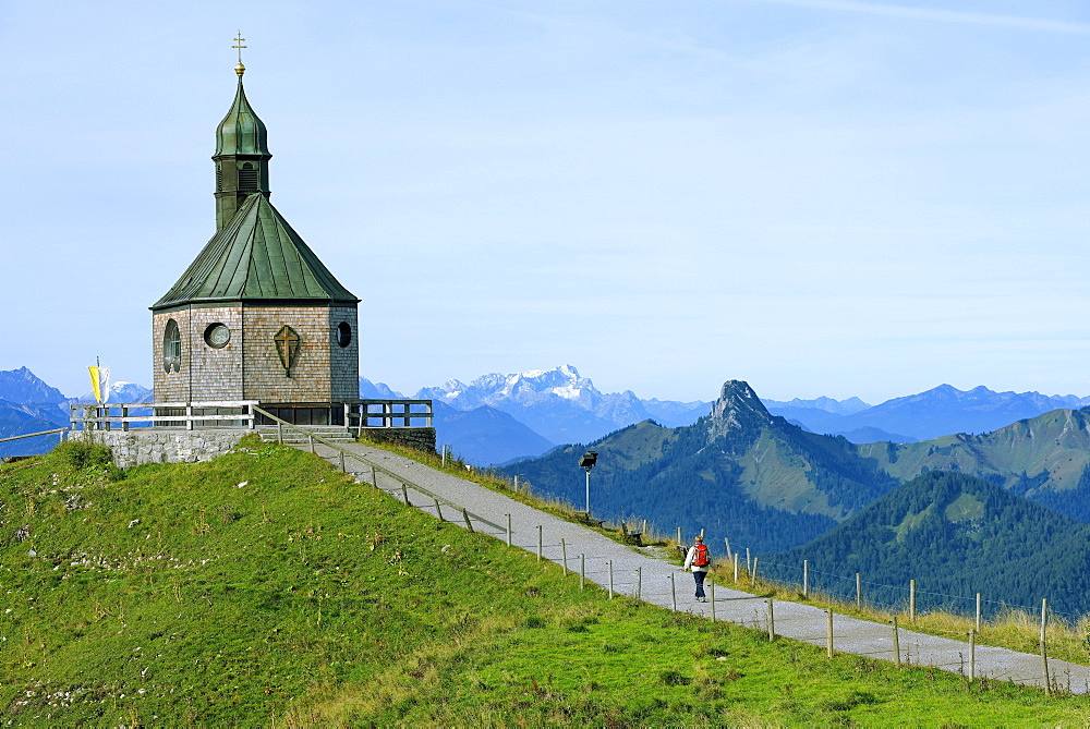 Heilige Kreuzerhohung chapel, the mountains Leonhardstein, Wetterstein and Zugspitze at the back, Wallberg mountain, Tegernsee Mountains, Upper Bavaria, Bavaria, Germany, Europe