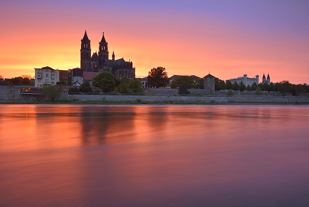 View over river Elbe to Magdeburg Cathedral, city view at sunset, Magdeburg, Saxony-Anhalt, Germany, Europe