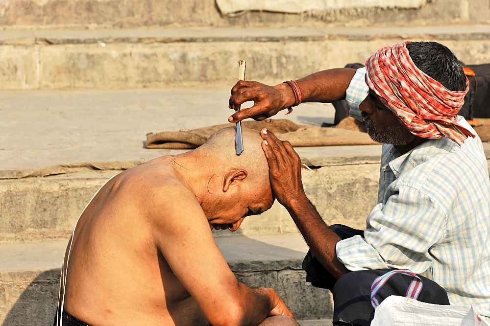 Ritual hair cutting on the Ganges, Varanasi, Benares, Uttar Pradesh, India, Asia