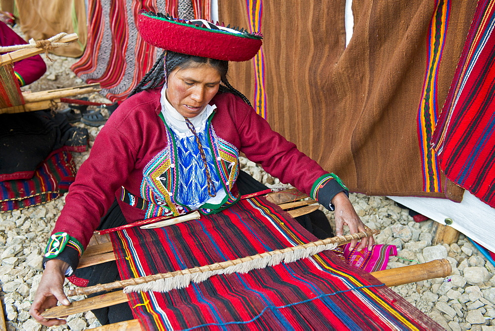 Elderly woman wearing a hat, Quechua Indian in traditional dress working on a loom, Cinchero, Urubamba Valley, Peru, South America