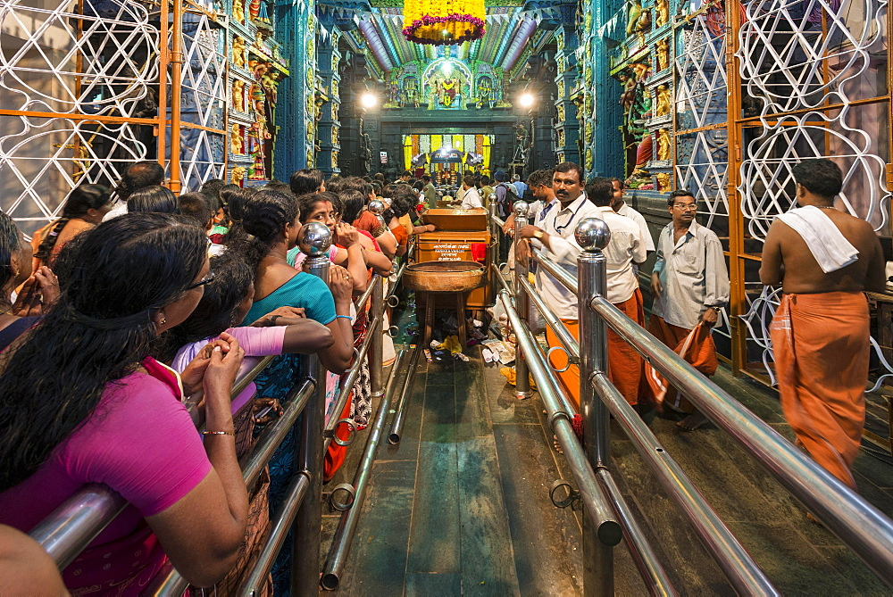 Pilgrims queuing for Puja during the Pongala festival, Attukal Devi Temple, Thiruvananthapuram, Kerala, India, Asia
