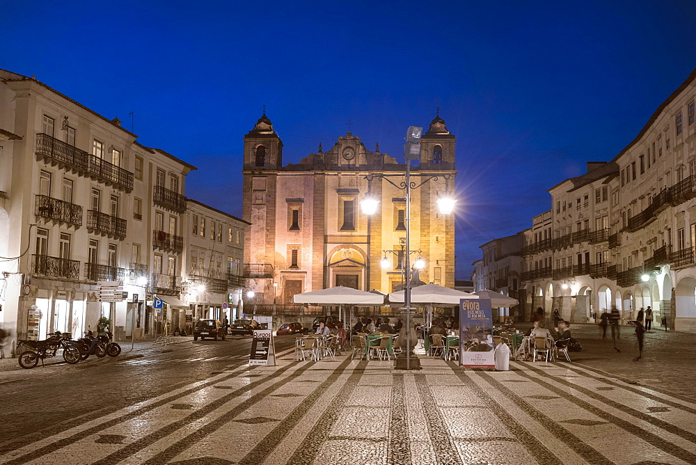 Praca do Giraldo at twilight, Evora, Unesco World Heritage Site, Alentejo, Portugal, Europe