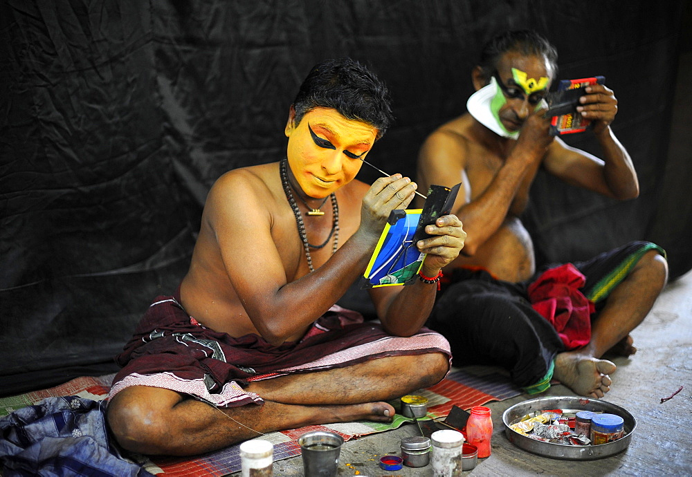 Kathakali actors applying makeup, Varkala, Kerala, South West India, India, Asia