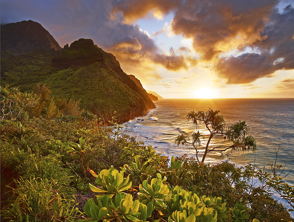 Sunset on the Napali Coast, Kaua'i, Hawaii, USA, North America