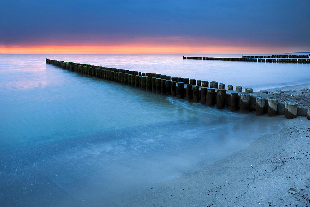 Groynes on the Baltic coast, sunset, Mecklenburg-Western Pomerania, Zingst, Fischland-Darss-Zingst, Germany, Europe