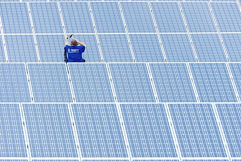 Assembly of a photovoltaic system, Ergolding, Bavaria, Germany, Europe - 832-39636