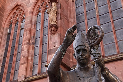 Statue of Bishop Burchard von Worms, Gothic southern portal at back, Cathedral of St. Peter, Worms Cathedral, Worms, Rhineland-Palatinate, Germany, Europe