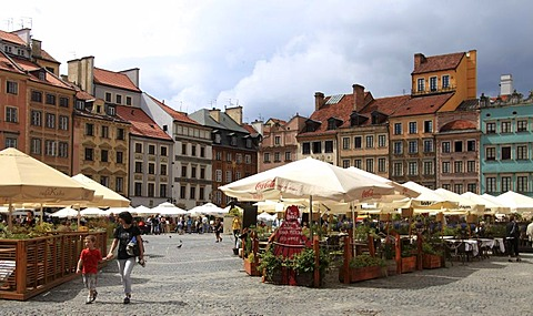 Market square with its many restaurants, historic district, Warsaw, Mazovia, Poland, Europe
