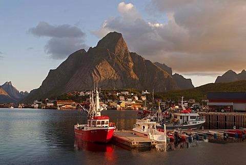 Boats in the Norwegian Sea in Reine, mountains at back, Hamnoy, island of Moskenesoy, Moskenesoy, Lofoten archipelago, Nordland, Norway, Europe