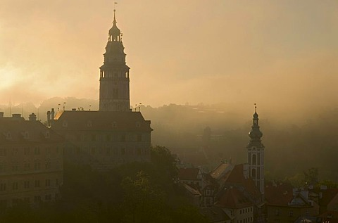 &esk˝, Cesky Krumlov with the towers of the castle on the left and of St. Jost church on the right, in thick morning fog, Jiho&esk˝, Jihocesky kraj, South Bohemia, Czech Republic, Europe