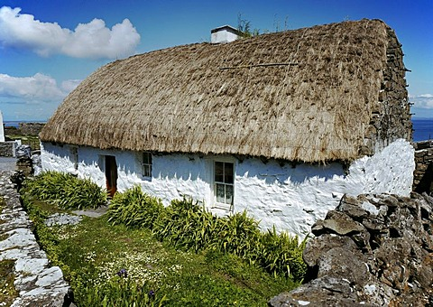 Cottage with a thatched roof, Inisheer, Aran Islands, County Clare, Republic of Ireland, Europe