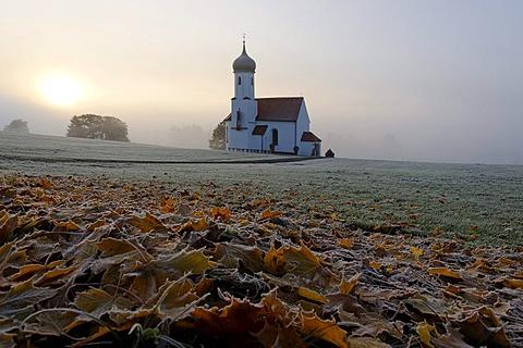 St. Johannisrain Chapel near Penzberg, with morning fog and hoar frost, Upper Bavaria, Germany, Europe