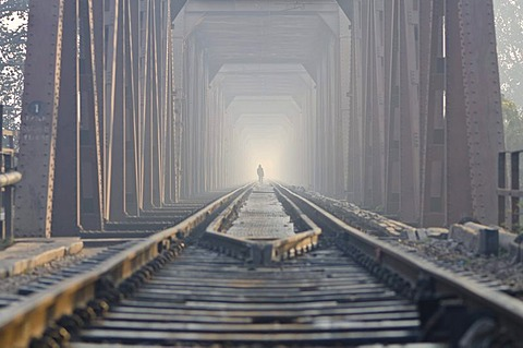 Worker walking along the railway-bridge crossing the river Yamuna, Agra, Uttar Pradesh, India, Asia