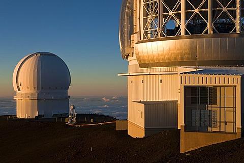 Mauna Kea Observatory on the summit of the Mauna Kea Volcano, 4205m, right the Gemini Observatory, left the Canada-France-Hawaii Telescope, CFHT, Mauna Kea, Hawai'i, USA