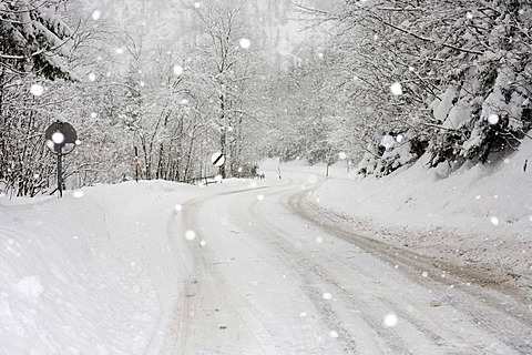 Snow-covered road, snowfall between Eisenerz and Hieflau, Upper Styria, Styria, Austria, Europe