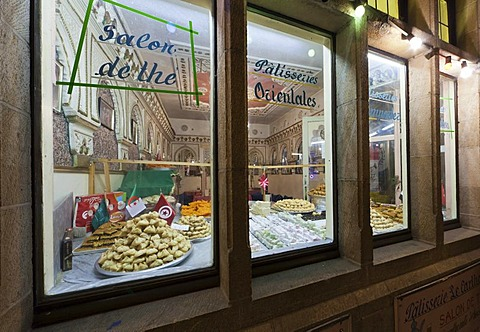 Display window with oriental chocolates and pralines, Grote Markt, Grand Place, Brussels, Belgium, Europe