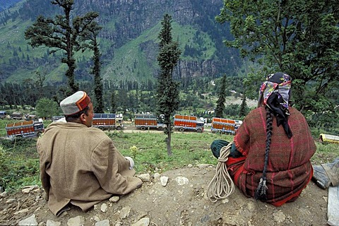 Himalayan people wearing traditional clothes, waiting, watching a tailback of trucks, Rohtang Pass, shortly after a landslide, Himachal Pradesh, northern India, India, Asia