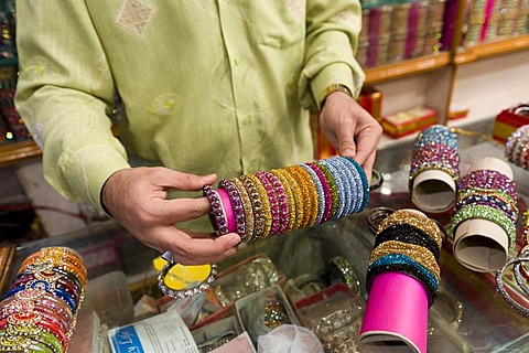 Merchant selling Hyderabad's famous glass armlets, bazaar, near the Charminar monument, Hyderabad, Andhra Pradesh, southern India, India, Asia