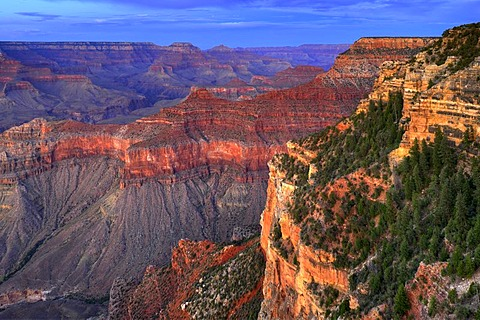 View of Vishnu Temple at sunset from Yavapai Point, Desert Palisades, Wotan's Throne, Comanche Point, evening light, Grand Canyon National Park, South Rim, Arizona, USA