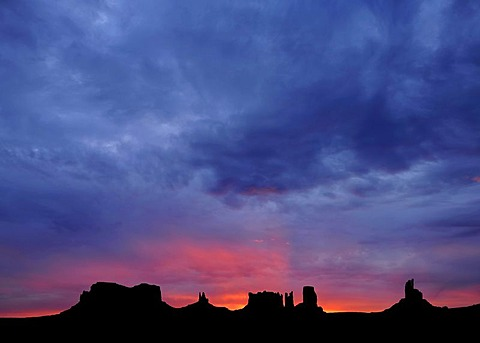Sunrise, dawn, mesas, Bingham's Tomb, King on His Throne, Stagecoasch, Bear and Rabbit, Castle Butte, Big Indian, Monument Valley, Navajo Tribal Park, Navajo Nation Reservation, Arizona, Utah, USA