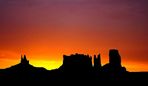 Sunrise, dawn, mesas, King on His Throne, Stagecoach, Bear and Rabbit, Castle Butte, Monument Valley, Navajo Tribal Park, Navajo Nation Reservation, Arizona, Utah, USA