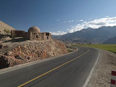 Ruined mosque at the road to Kashgar, Tashkurgan, Xinjiang, China, Asia
