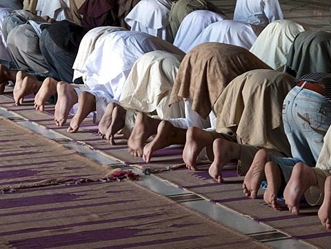 Muslims praying at Jama Mashid in Lahore, one of the largest mosques in Asia, Punjab, Pakistan, South Asia