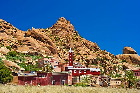 Small village with a mosque and a minaret in front of a typical rocky landscape with granite boulders, Tafraoute, Anti-Atlas Mountains, southern Morocco, Morocco, Africa