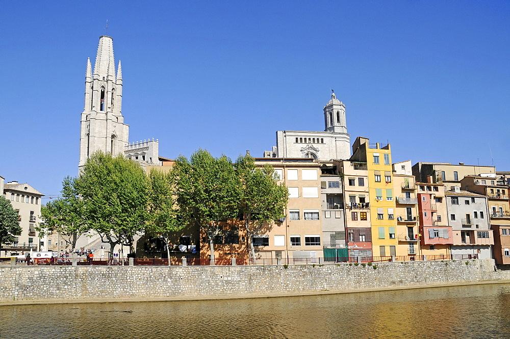 Riu Onyar river, church of Sant Feliu and Saint Mary's Cathedral, Girona, Catalonia, Spain, Europe