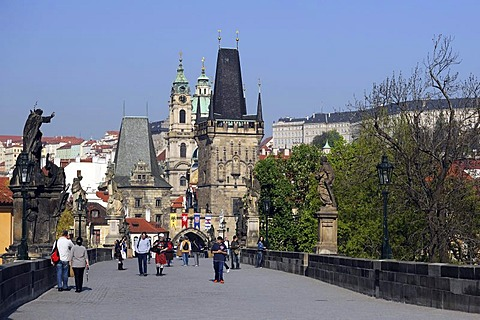 Tourists on Charles Bridge, looking towards Lesser Town Bridge Tower, Mala Strana, Prague, Bohemia, Czech Republic, Europe