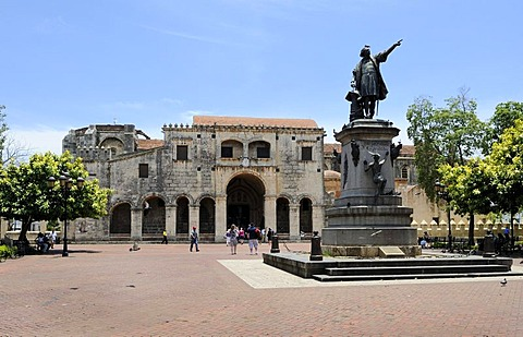 Plaza Colon square with Columbus Monument and Cathedral Santa Maria la Menor, oldest cathedral in the New World, 1532, Santo Domingo, Dominican Republic, Caribbean