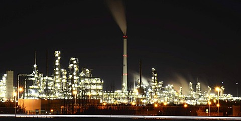 Night view, Mitteldeutsche Erdoel-Raffinerie oil refinery, Leuna chemical site, Leuna, Saxony-Anhalt, Germany, Europe