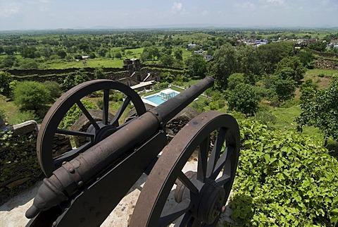 Old cannon, Karni Fort Bambora Palace Hotel, Rajasthan, India, Asia