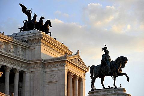 National Memorial to King Vittorio Emanuele II, Vittoriano or Altare della Patria, with the Quadriga della Liberta by Bartonini and the equestrian statue of Chiaradia, Rome, Lazio, Italy, Europe