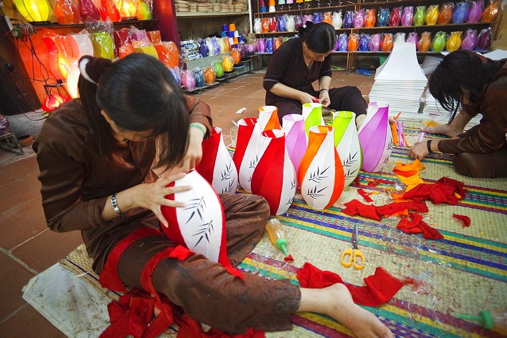 Paper lantern making in the Handicraft Workshop, Hoi An, Vietnam, Indochina, Southeast Asia, Asia
