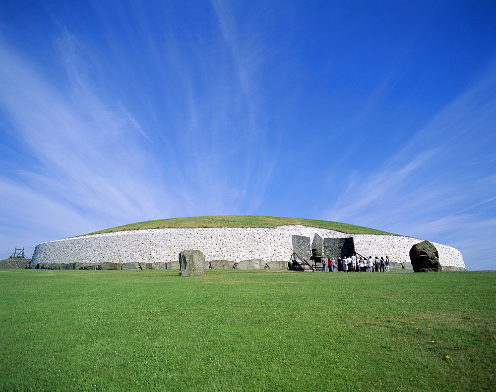 New Grange, a 4000 year old Neolithic Tomb, County Meath, Leinster, Republic of Ireland, Europe