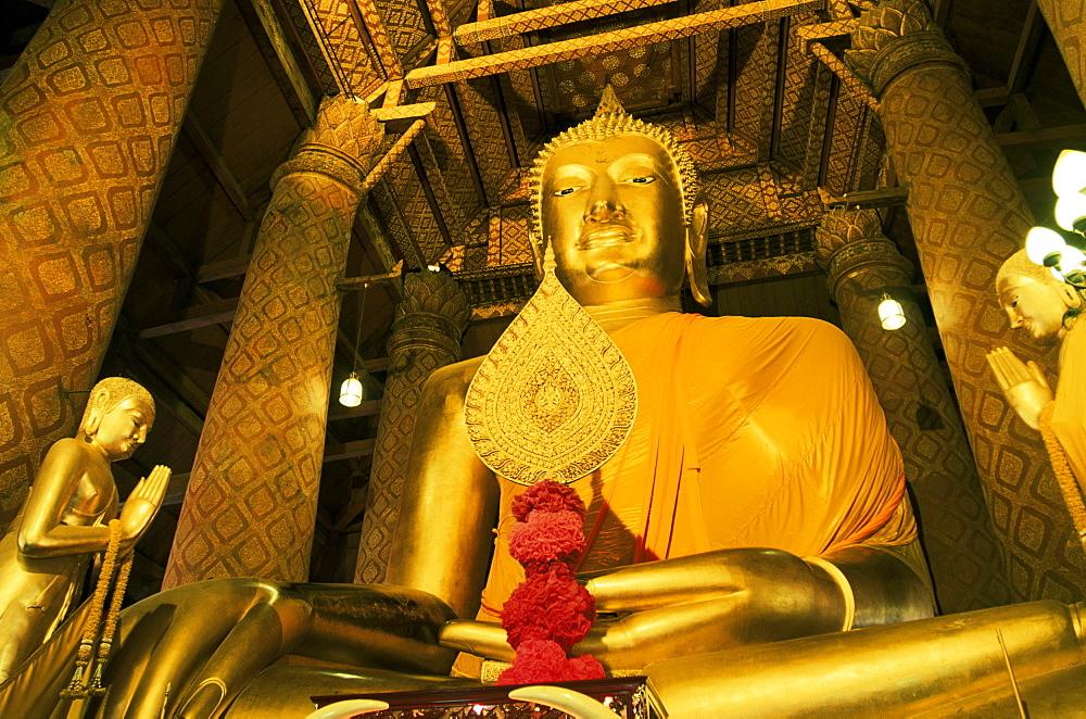 Giant Buddha statue, Wat Phanan Choeng, Ayutthaya Historical Park, Ayutthaya, Thailand, Southeast Asia, Asia