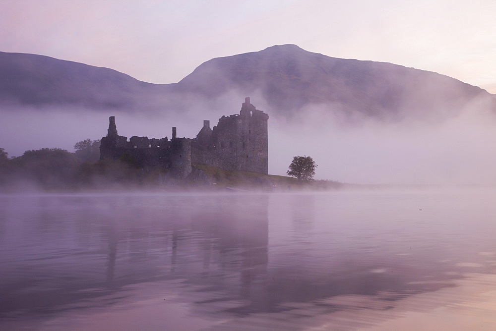 Kilchurn Castle, Loch Awe, Strathclyde, Scotland, United Kingdom, Europe - 834-7223