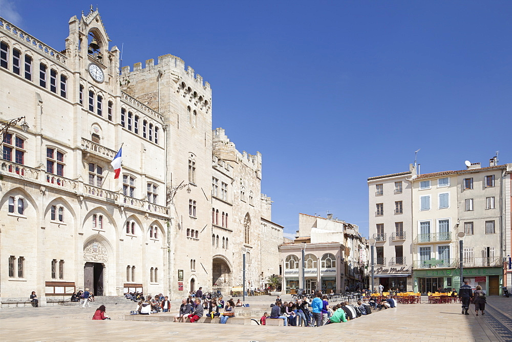 The Archbishop's Palace, in the Place de l'Hotel de Ville, Narbonne, Languedoc-Roussillon, France, Europe - 835-57