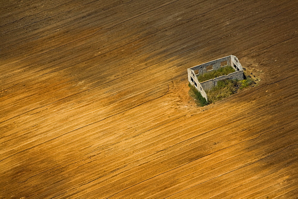 A deserted house in the middle of a ploughed field in the Plain - 837-1100