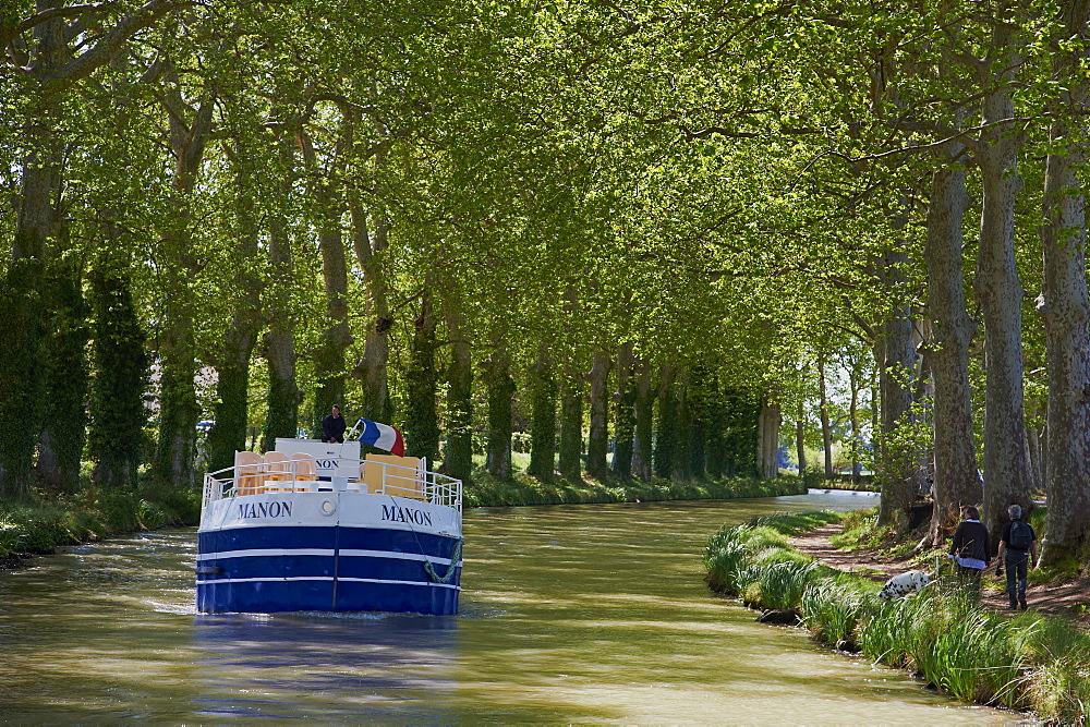 Navigation on the Canal du Midi, UNESCO World Heritage Site, between Carcassonne and Beziers, Aude, Languedoc Roussillon, France, Europe