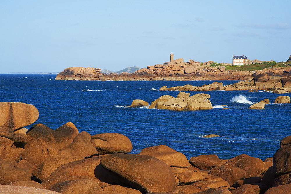 Pointe de Squewel and Mean Ruz Lighthouse, Men Ruz, littoral house, Ploumanach, Cote de Granit Rose, Cotes d'Armor, Brittany, France, Europe
