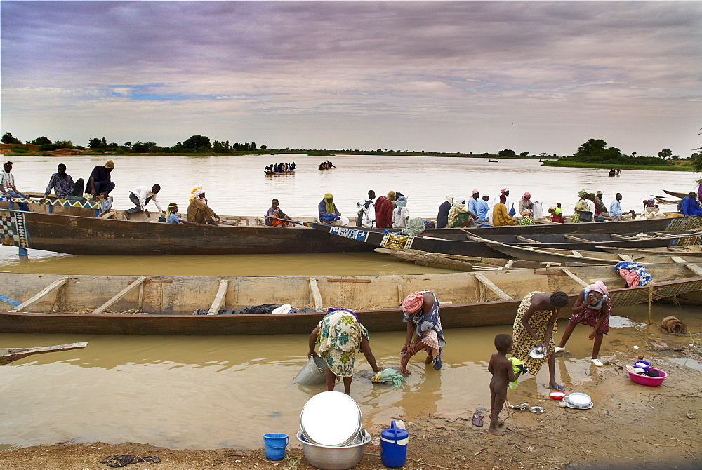 Sunday market in Ayorou on the bank of the River Niger, Niger, West Africa, Africa