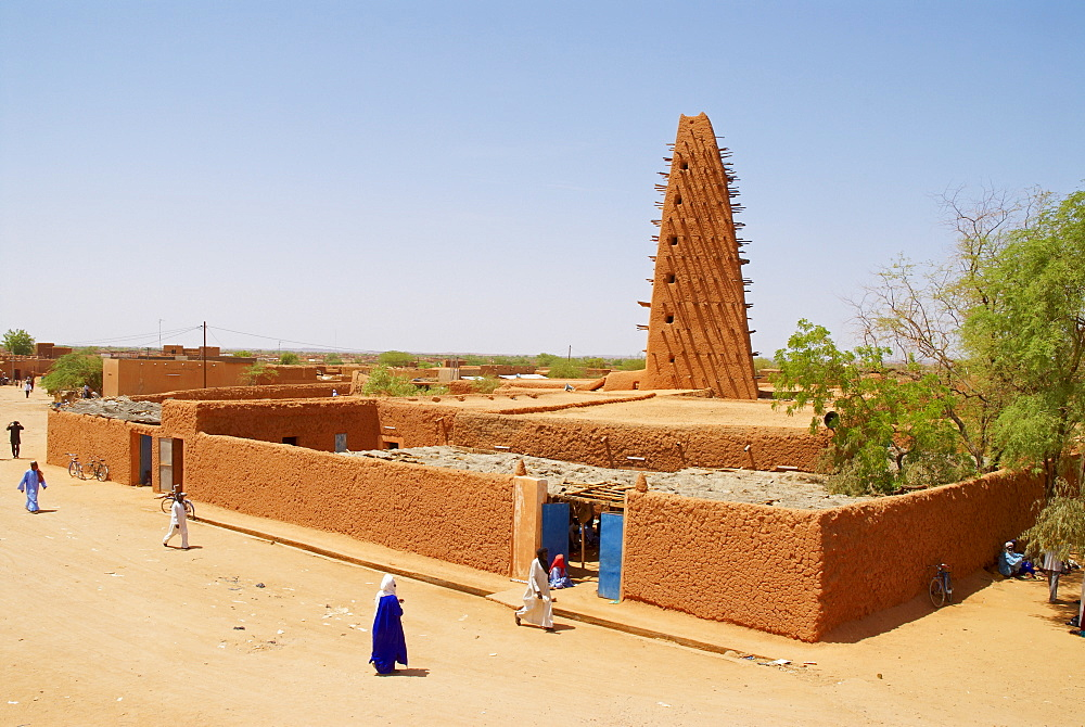 Minaret dating from the 16th century, of the Great Mosque built of mud, Door of the Desert, Agadez, Niger, West Africa, Africa