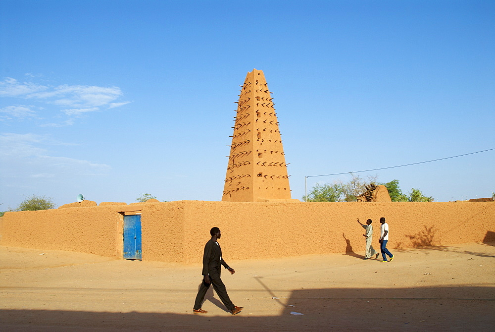 Minaret of the Great Mosque built of mud founded in the 16 century, Agadez, Niger, West Africa, Africa